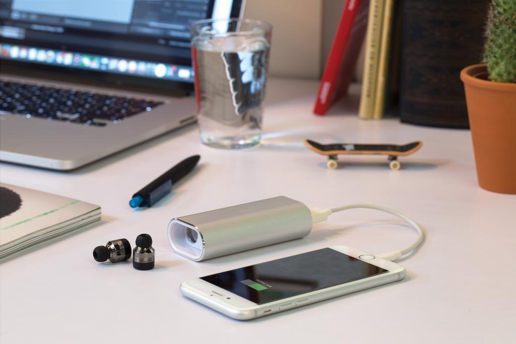 Skutečně bezdrátová sluchátka s 2 000 mAh powerbankou