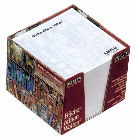 Papírové lístky v papírové krabičce