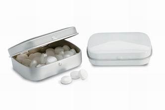 Bonbóny v bílé kovové krabičce